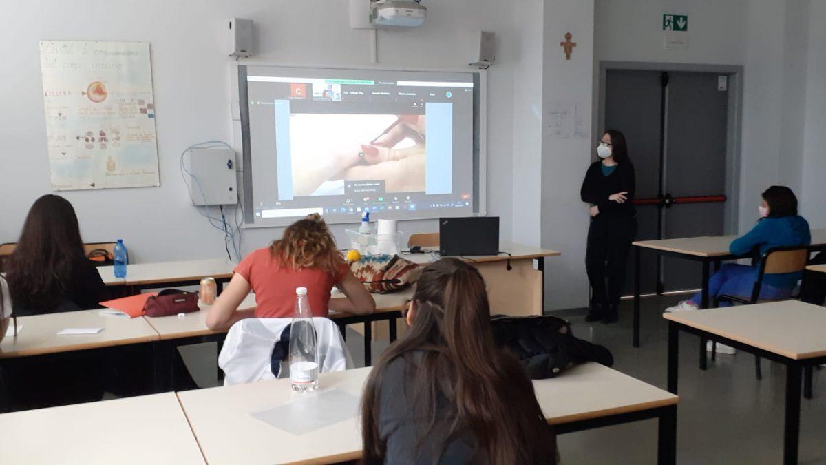 """Le allieve di I e III Estetica del CFP vogherese partecipano al webinar """"Introduction to a manicure"""" organizzato dal City College di Plymouth"""