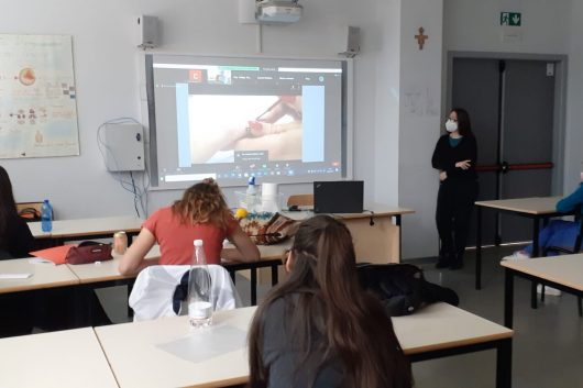 "Le allieve di I e III Estetica del CFP vogherese partecipano al webinar ""Introduction to a manicure"" organizzato dal City College di Plymouth"